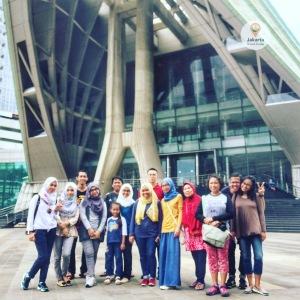 Foto grup di depan Teater Jakarta Taman Ismail Marzuki.